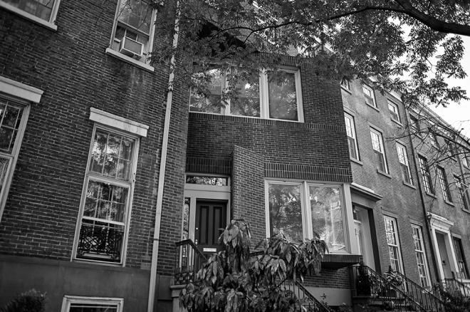 El 6 de marzo de 1970, en el neoyorquino barrio de Greenwich Village, explotaba la bomba que dos miembros de Weather Underground manipulaban. El edificio de la 18 West 11th Street quedó completamente destruido. Hasta 1978 no se construyó el nuevo edificio que aparece en la fotografía. En el lugar no hay nada que recuerde este suceso. 24.10.2013/©ÁlvaroMinguito